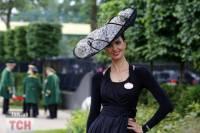 При виде такого «парада шляпок», да и еще в присутствии королевы, любая модница сошла бы с ума