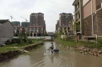 В Китае застройщики окружили дом упрямого пенсионера рвом с какой-то странной жидкостью