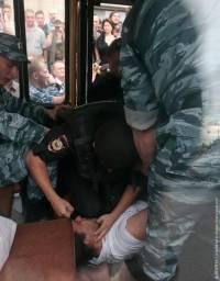 Что делал московский ОМОН со сторонником Навального в автозаке. Фоторепортаж с места событий