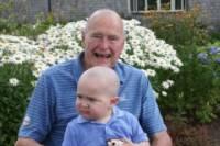 Буш-старший побрился налысо. Из солидарности