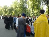 В Лавру продолжают прибывать верующие. Люди готовятся к Крестному ходу