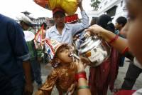 Что только не придумывают, чтобы привлечь туристов. В Непале 8 дней гуляют в честь священных коров