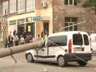 В Чернигове водитель КамАЗа случайно опрокинул троллейбусную опору на проезжавший мимо «Рено»