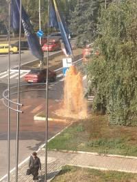 В центре Макеевки прямо под флагами Партии регионов бьет фонтан из нечистот