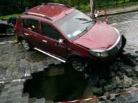 В час пик в Киеве провалился Подольский спуск. В яму упал автомобиль