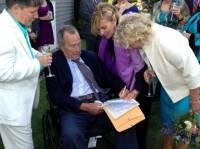 Джордж Буш-старший стал свидетелем на свадьбе лесбиянок