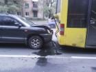 В Киеве на Отрадном водитель внедорожника проверил на прочность лобовое стекло и бампер троллейбуса