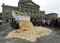 Акция протеста с размахом. В Швейцарии 400 тысяч франков наличными высыпали прямо на мостовую