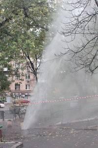 В центре Киева всю ночь из-под земли лупил фонтан кипятка