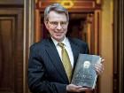 Янукович подарил американскому послу «Кобзарь» на английском языке