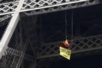 Активисты «Гринпис» устроили акцию на Эйфелевой башне. Думают, что это поможет задержанным в России собратьям