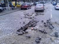 В самом центре Киева из дороги повылетало «оружие пролетариата»