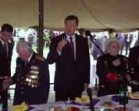 В честь праздника Янукович накрыл ветеранам столы. О щедрости угощения история умалчивает