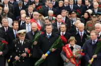 Как Янукович возлагал цветы к Могиле Неизвестного солдата. Фоторепортаж с места событий