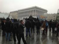 Чтобы установить новогоднюю елку на Майдане, столичные власти перекрыли выходы из метро и пригнали «Беркут»