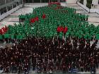 В одном из торговых центров Таиланда 825 детей создали рекордную фигуру новогодней елки