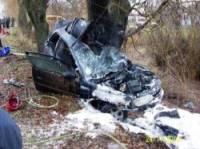 На Житомирщине «Опель» самоуничтожился о дерево. А вместе с ним – и водитель