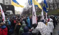 Под Кабмином пока все спокойно. Люди поют Гимн Украины и призывают милицию быть с народом