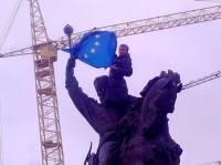 Пока Евромайдан митингует, активисты уже украсили столичные памятники символикой ЕС