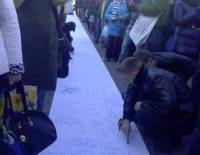 Как на Евромайдане народ писал письмо Януковичу. Фоторепортаж с места событий