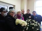 Депутаты привезли Тимошенко букет и корзину с белыми розами. Осталось как-то к ней попасть