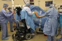 Воля к жизни, которая просто поражает. Хирург продолжает оперировать людей после того, как его… разбил паралич