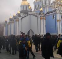 Ситуация возле Михайловского собора накаляется. Людей становится все больше. Фоторепортаж