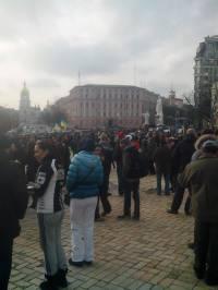 Возле Михайловского скандируют «Банду геть!». А люди все подходят и подходят. Фоторепортаж
