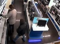 В Киеве вооруженные люди ограбили магазин. Выносили все подряд