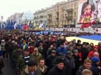 Участники манифестации на Майдане Незалежности снесли ограждение вокруг ёлки и водрузили на нее флаг Евросоюза