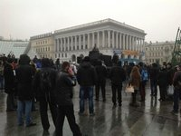 Оппозиция захватила ёлку на Майдане Незалежности. В КГГА кто-то разбил стекло /СМИ/