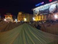 Оппозиция построила на Майдане палаточный городок и оградила его баррикадой. Ночь прошла спокойно