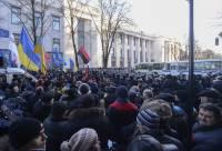 Многотысячная толпа дружной колонной двинула к Раде, требуя отставки Кабмина