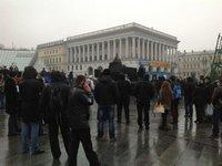 Неизвестные на Майдане обматывают баррикады колючей проволокой и цепями