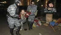 Очевидцы вместе с журналистами пытаются установить личности силовиков, громивших Евромайдан