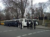 Как сегодня под Кабмином строили баррикады из автобусов. Фоторепортаж с места событий