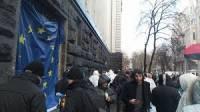 Митингующие продолжают блокировать Кабмин и АП