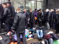 Митингующие устроили лежачий протест под зданием ГПУ