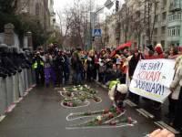 Девушки с Евромайдана подарили силовикам огромное сердце из цветов. Фоторепортаж с места событий
