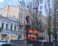 В центре Киева снесли памятник Ленину