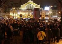 Десятки «дикарей» в центре Киева добивают молотом памятник Ленину