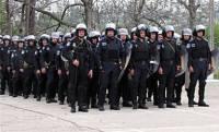 У главного управления МВД разгружаются спецназовцы с дубинками и щитами