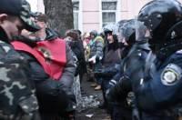 К мэрии подъехали силовики со щитами, а на Майдане начались переговоры с «Беркутом»