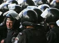 К чему бы это? Солдаты, находящиеся в машинах возле Европейской площади, вышли из них и выстроились в шеренгу