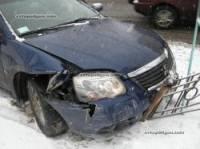 В Киеве Volkswagen Transporter отправил Mitsubishi прямиком в забор