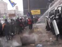 «Беркут» штурмует КГГА со слезоточивым газом. Манифестанты отбиваются водой