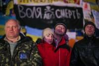 Вечер на Майдане: бутерброды на баррикадах и уборка снега