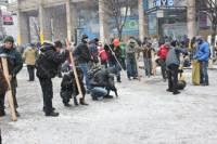 Еще один день из жизни Евромайдана. Люди укрепляют палатки, чистят лед и греются у костров