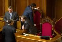 Оппозиция стулом заблокировала вход в президиум Рады