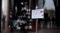 Под офисом Ахметова появилась необычная новогодняя елка. Не очень гламурно, зато от души